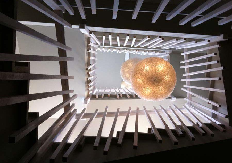 atelier-artisanal-bois-ebeniste-menuisier-fabricant-sur-mesure-salon-escaliers-balustrade-garde-corps-main-courante-2